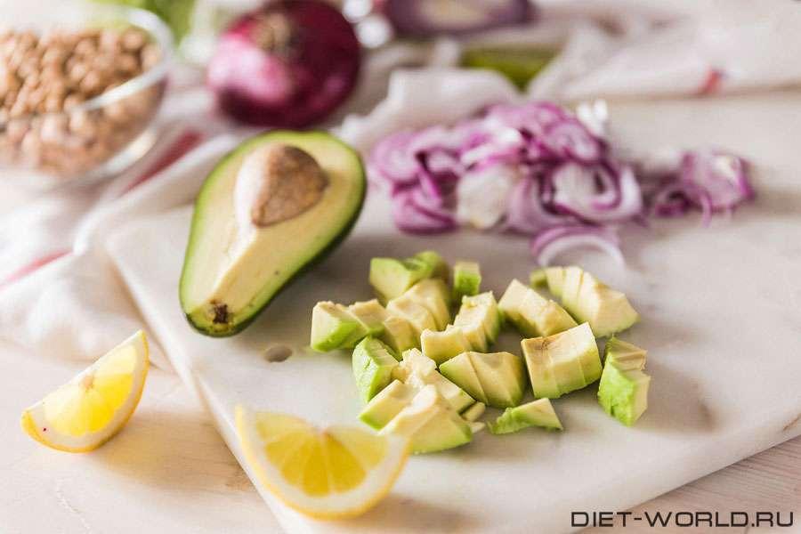 Салат с авокадо и красным луком